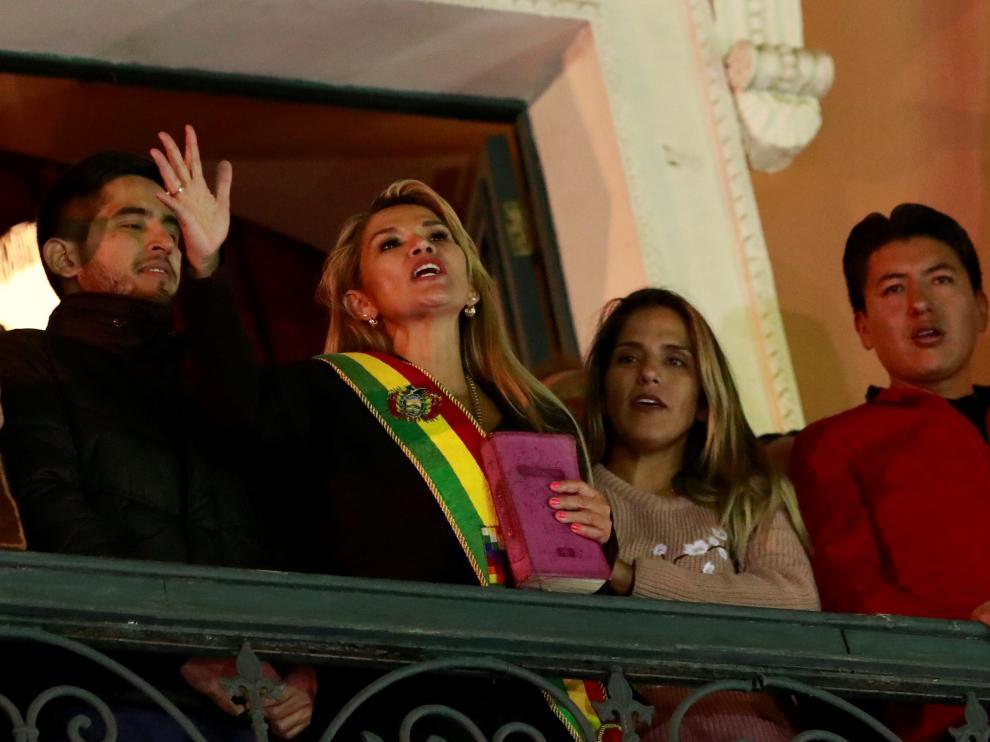 La senadora opositora Jeanine Anez tomó posesión como presidenta interina de Bolivia prometiendo elecciones