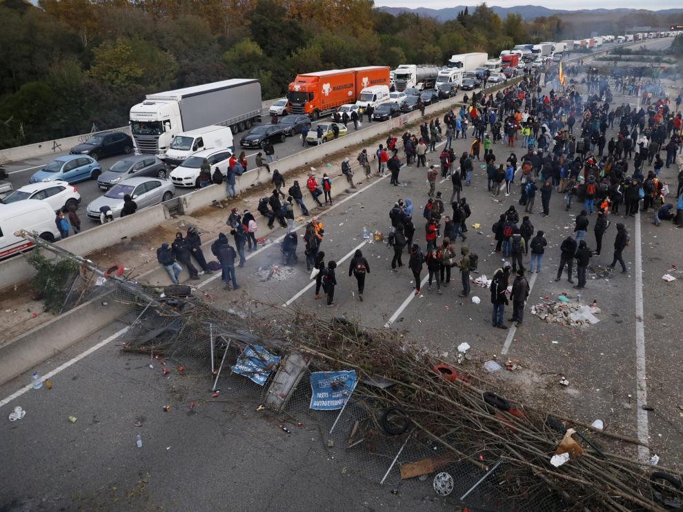 Manifestantes independentistas llevan varios días complicando la circulación en la frontera con Francia