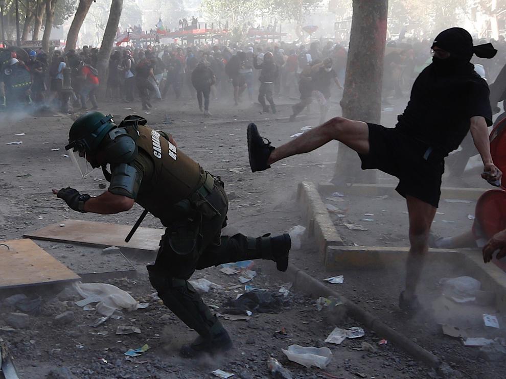 Manifestantes se enfrentan a la policía en Chile
