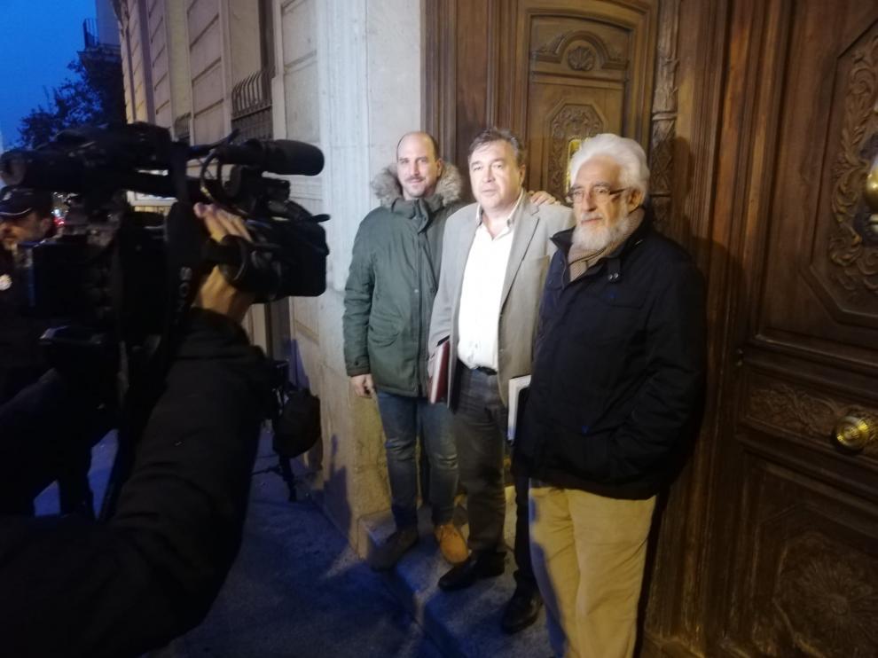 La delegación de Teruel Existe en las puertas del Congreso antes de reunirse con el PSOE.