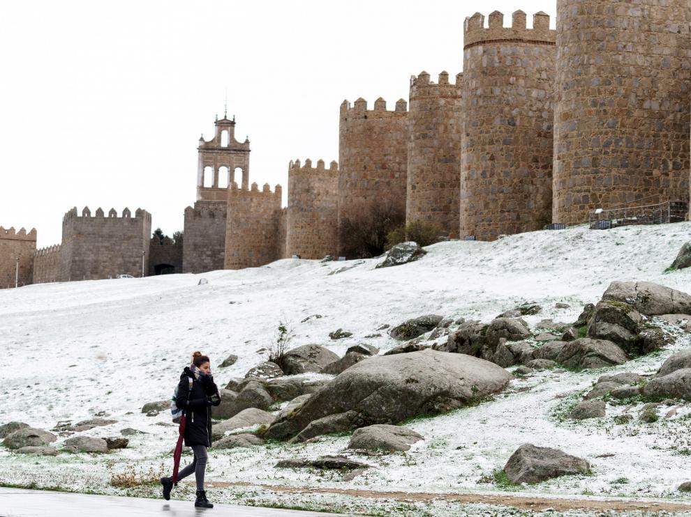 Frío y copiosas nevadas en el norte por una borrasca que dejará tiempo invernal. En la imagen, Ávila.