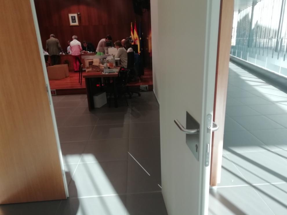 La Junta Electoral Central se reunió para recontar los votos de los aragoneses del extranjero en una sala de la Audiencia de Zaragoza.