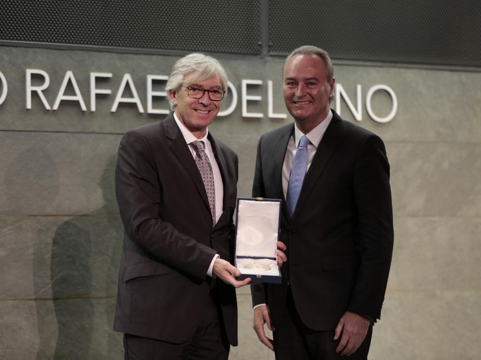 Antonio Jiménez recoge el galardón de manos del senador Alberto Fabra.