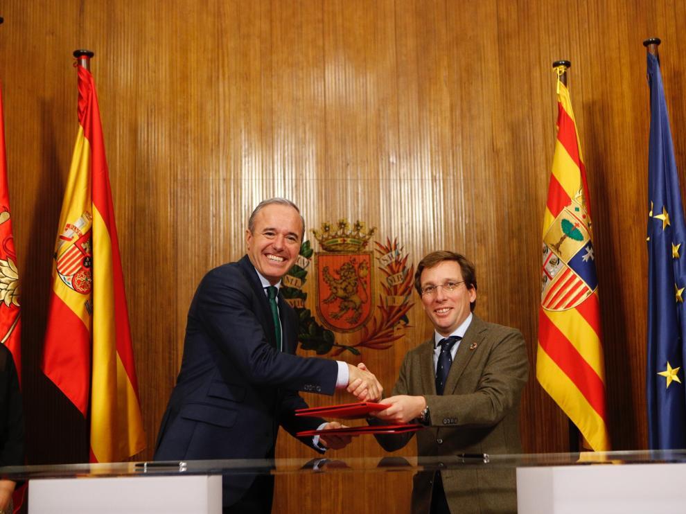 Los alcalde de Zaragoza y Madrid, Jorge Azcón y José Luis Martínez Almeida, este viernes en el Ayuntamiento de la capital aragonesa.