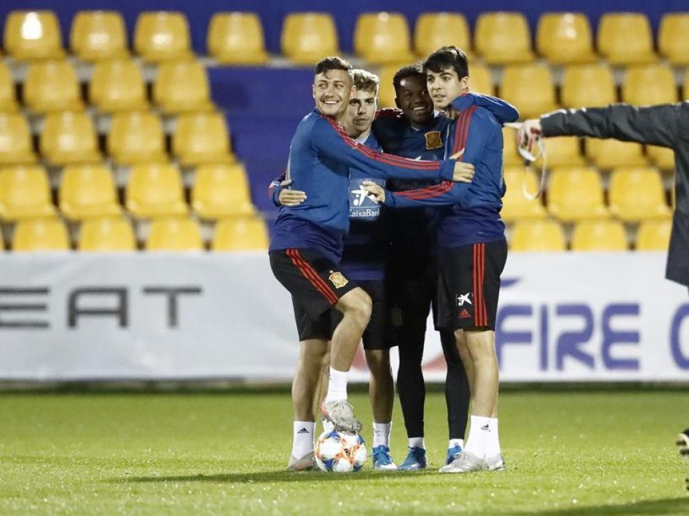 Clemente, junto a varios compañeros, en un entrenamiento de la selección sub-21.