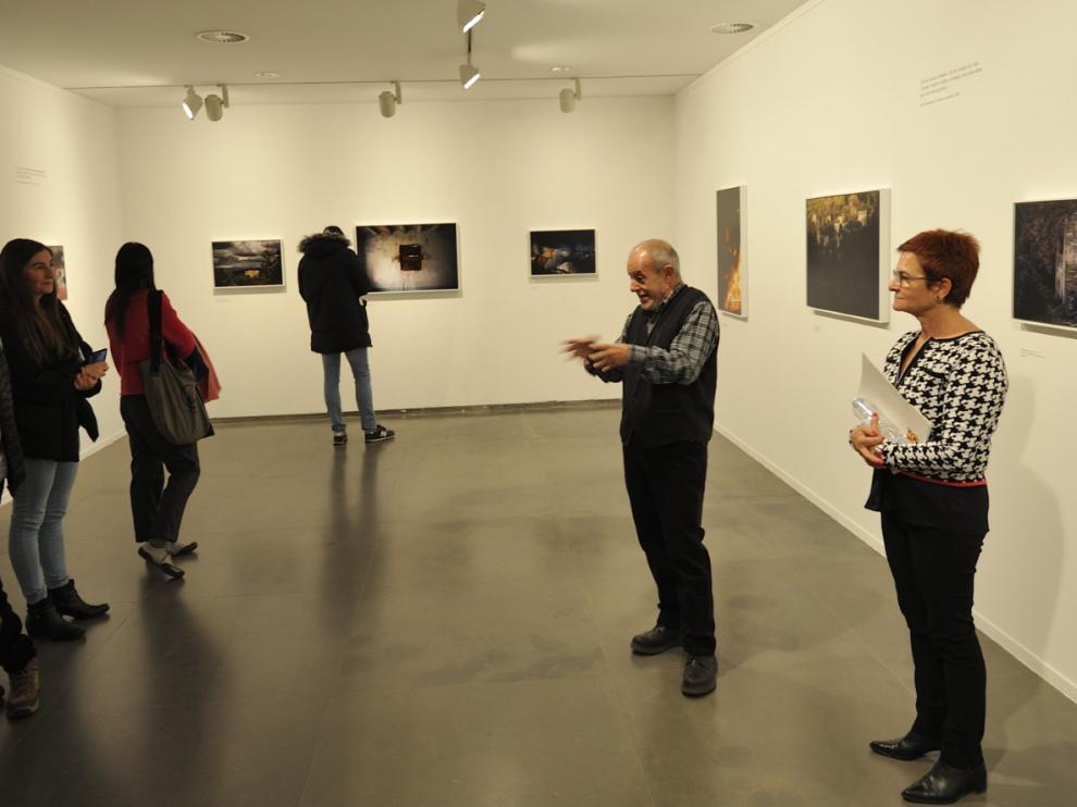 El fotógrafo José Manuel Navia, durante una visita guiada a la exposición junto a la diputada provincial Maribel de Pablo.