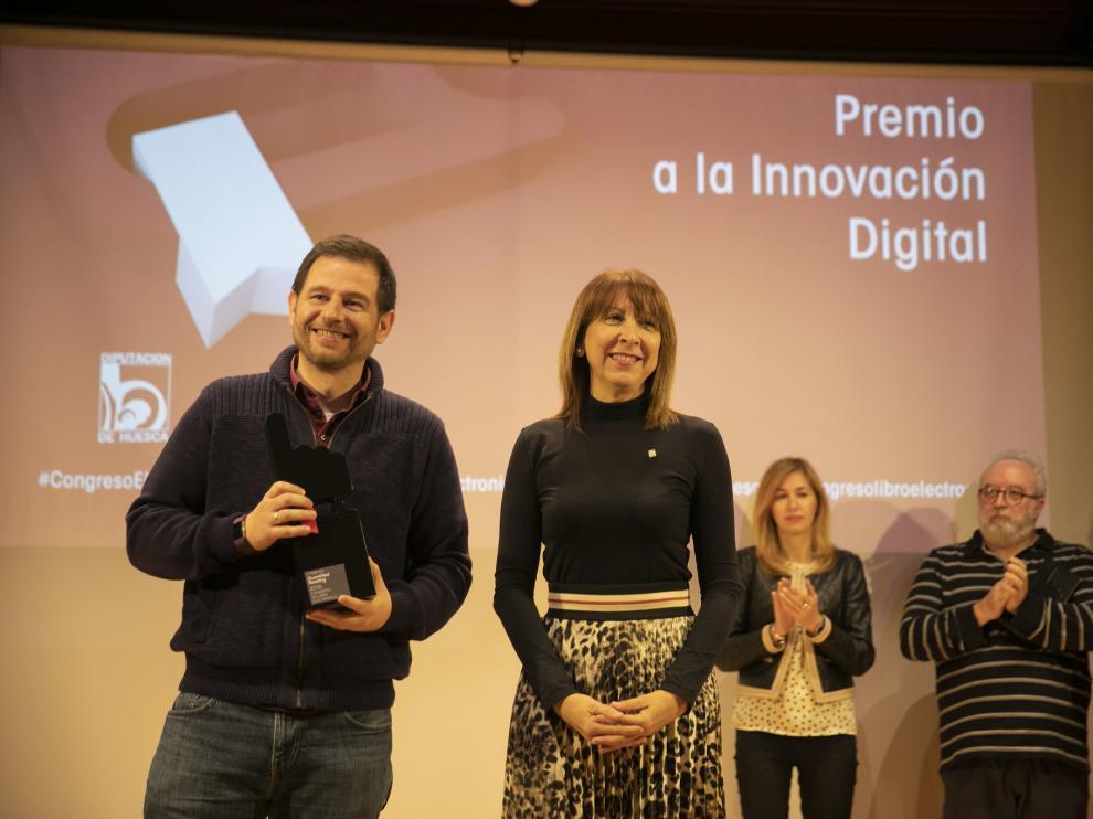 Justo Hidalgo, de la empresa ganadora, con la diputada Berta Fernández.