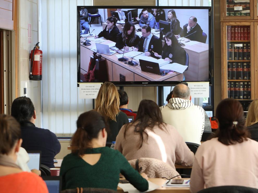 Varios periodistas siguen desde la sala de prensa de los Juzgados de Santiago de Compostela la comparecencia de buzos, policías locales y guías caninos este viernes, en el juicio por el crimen de Diana Quer.
