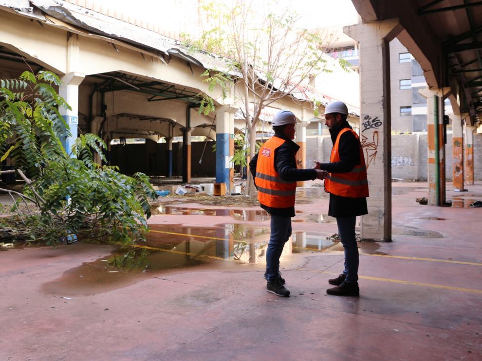 El concejal de Urbanismo, Víctor Serrano, y el de Participación, Javier Rodrigo, en la antigua fábrica de Giesa