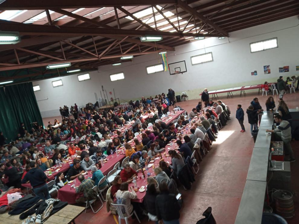La comida del Día del Orgullo Rural ha reunido a trescientas personas en Cuevas de Almudén.