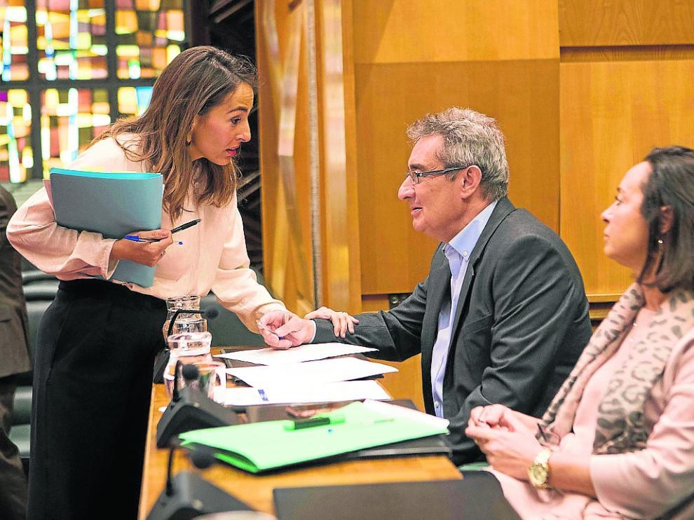 La concejal de Hacienda, María Navarro, junto a los ediles de Vox, Julio Calvo y Carmen Rouco.