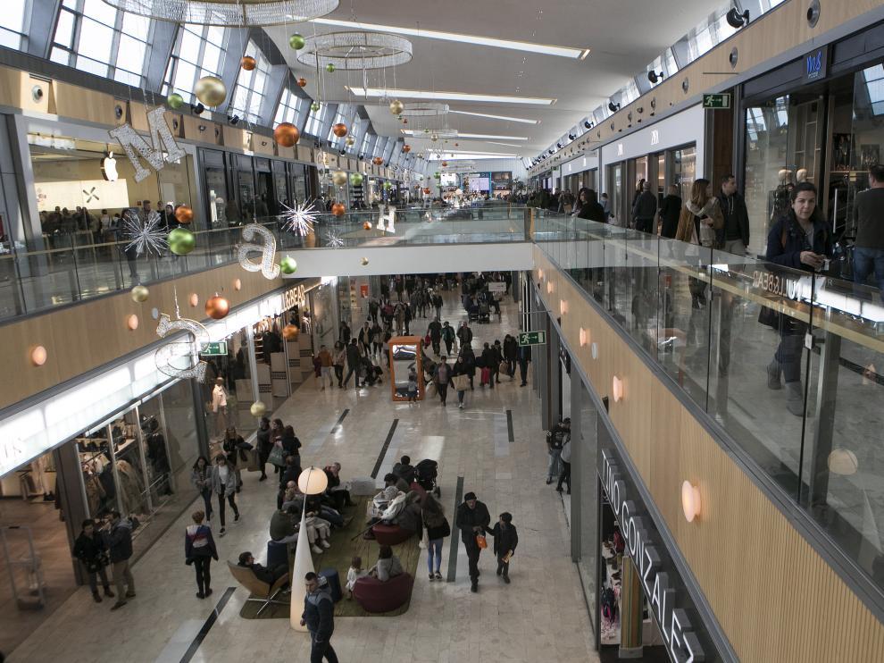 Imagen de las galerías comerciales de Puerto Venecia, este sábado, con la decoración navideña.