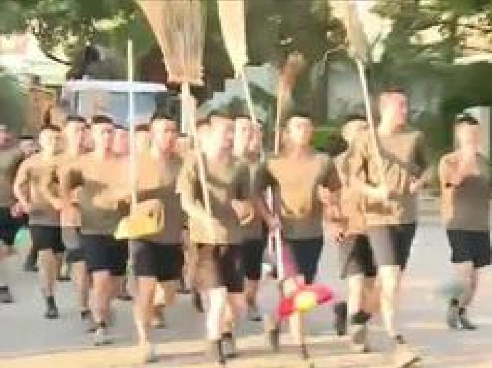 Soldados chinos aparecen por sorpresa para limpiar los escombros que las protestas dejaron en las calles de la ciudad.