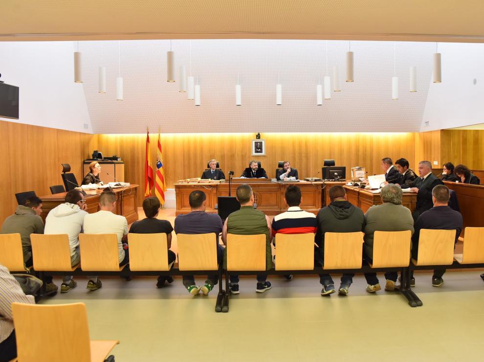 En el banquillo se sentaron inicialmente 13 acusados, aunque 5 fueron absueltos durante el juicio.