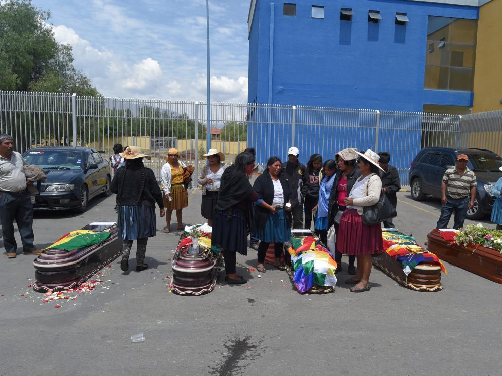 Familiares de los últimos fallecidos en Cochabamba lloran ante sus féretros