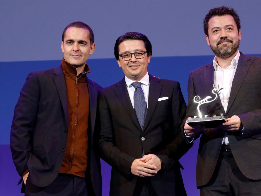 El actor Pedro Alonso y el productor Jesús Colmenar recogen el premio 'Filming Almería' a 'La Casa de Papel'.