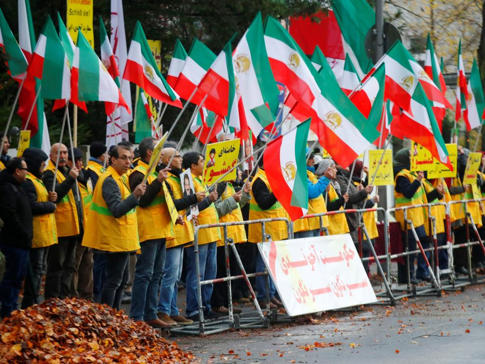 People attend a protest organised by National Council of Resistance of Iran in Germany to support nationwide demonstrations in Iran against the rise in gasoline prices, in Berlin, Germany November 17, 2019. REUTERS/Hannibal Hanschke [[[REUTERS VOCENTO]]] IRAN-FUEL/PROTEST-GERMANY