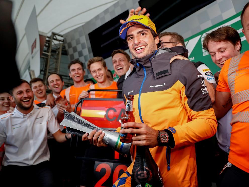 Sainz sube por primera vez al podio en Fórmula 1 tras la sanción de Hamilton