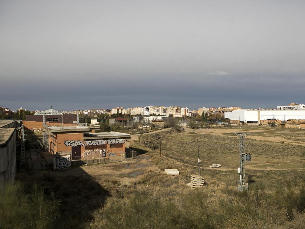 El cajón ferroviario sobre el que se prolongará Tenor Fleta es el eje central de los terrenos que se urbanizarán.