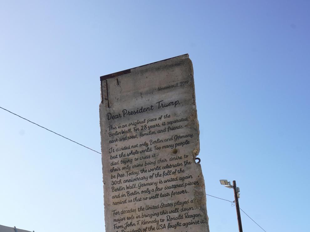 Trozo del Muro de Berlín con carta a Trump