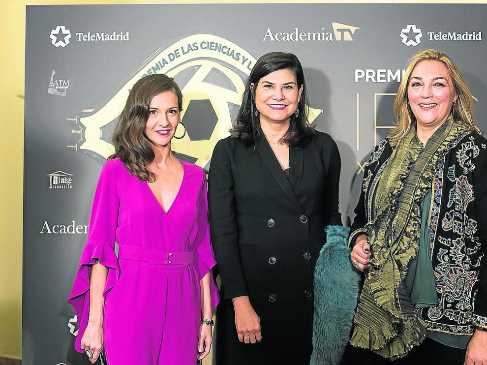 Carmen Ruiz, directora de Aragón TV; Teresa Azcona, directora general de Cartv, y Natalia Martínez, jefa de contenidos de Aragón TV, ayer, en la gala de entrega de los Premios Iris.