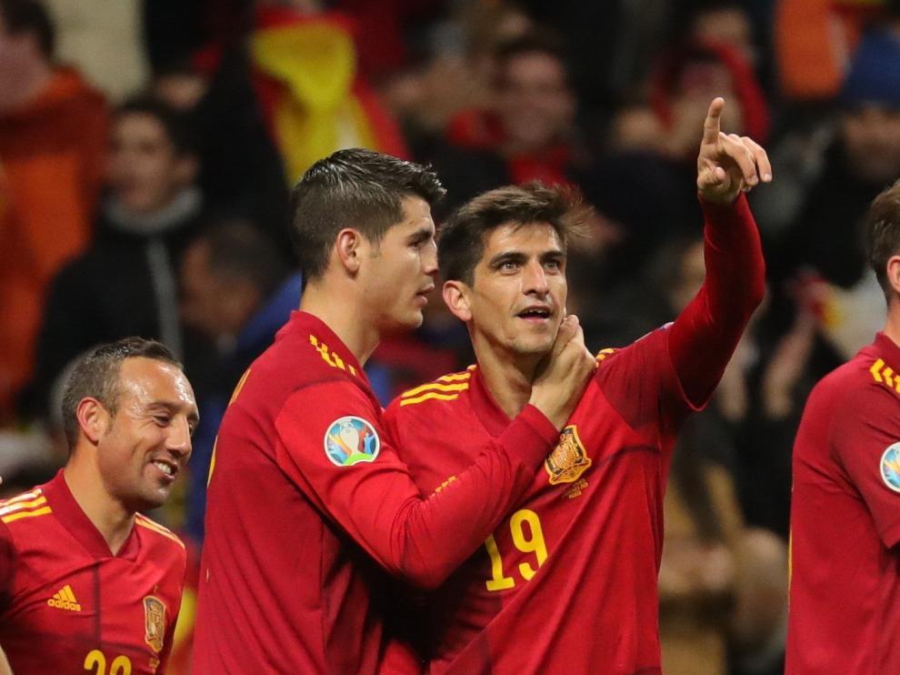 El delantero de la selección española Gerard Moreno (2d) celebra su gol, segundo del equipo ante la selección rumana,