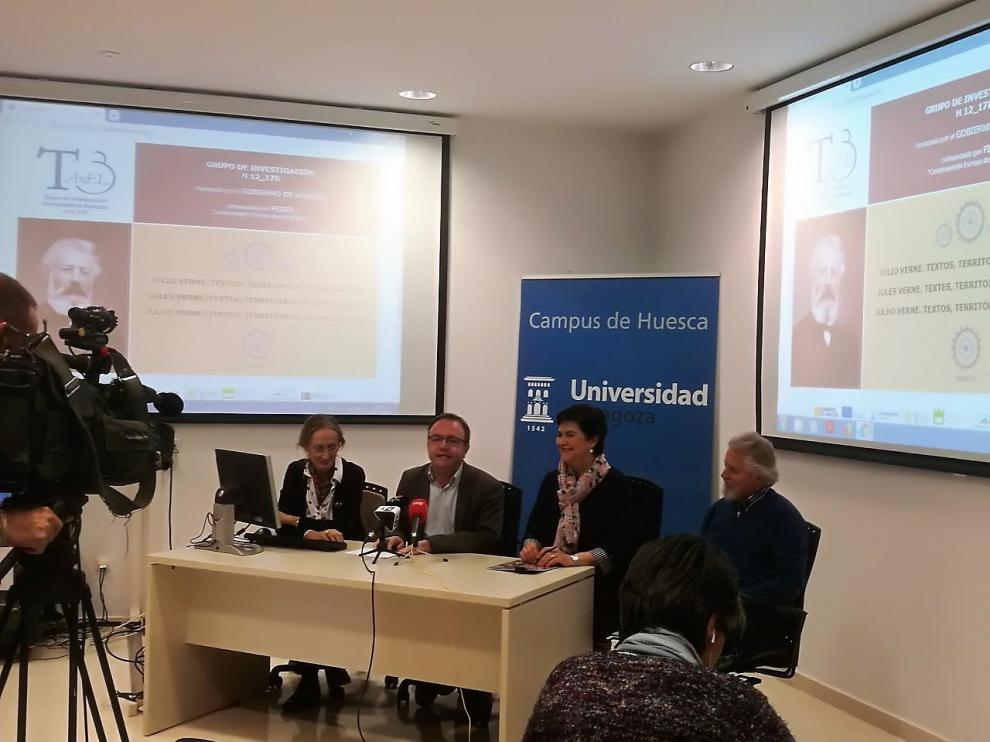 El vicerrector del campus de huesca, José Domingo Dueñas, en el centro de la mesa durante la presentación del proyecto