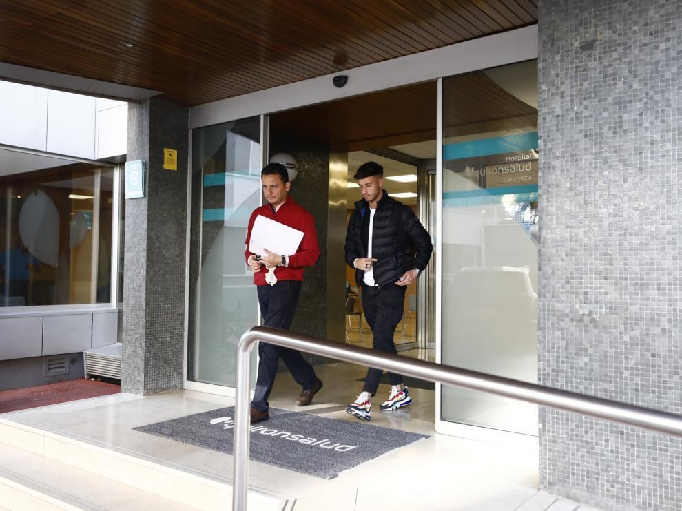Javi Puado, acompañado del jefe de los servicios médicos del Real Zaragoza, Ireneo de los Mártires Almingol, tras practicarse las prueba médicas.