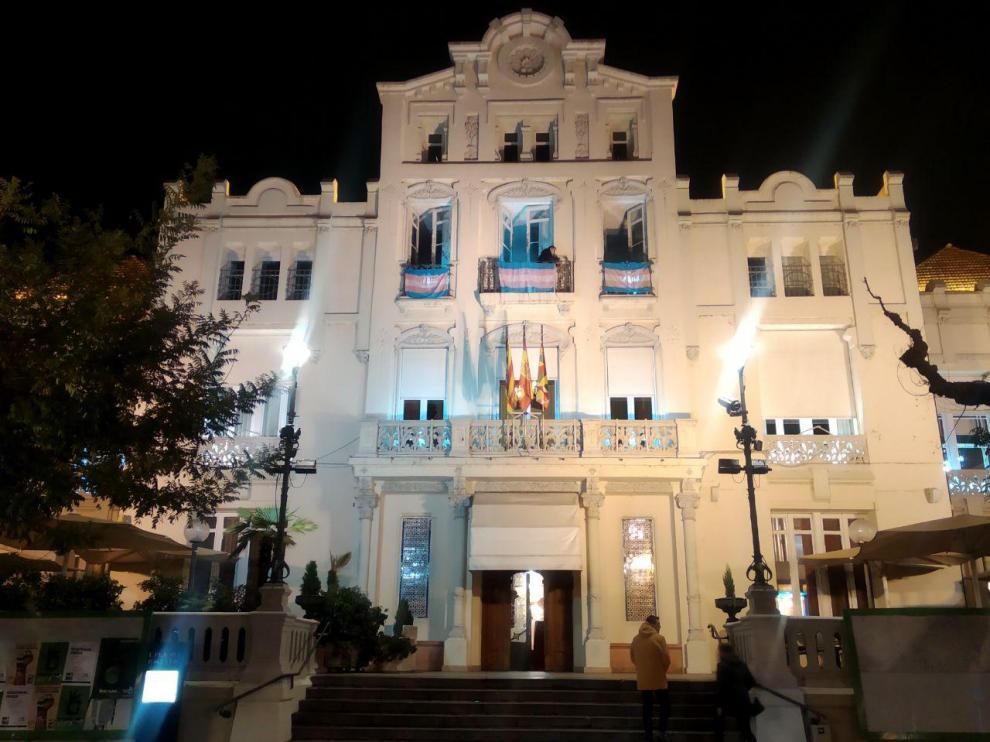 La bandera celeste, rosa y blanca lucirá en el Casino de Huesca hasta el día 25 para conmemorar el Día Internacional de la Memoria Trans.