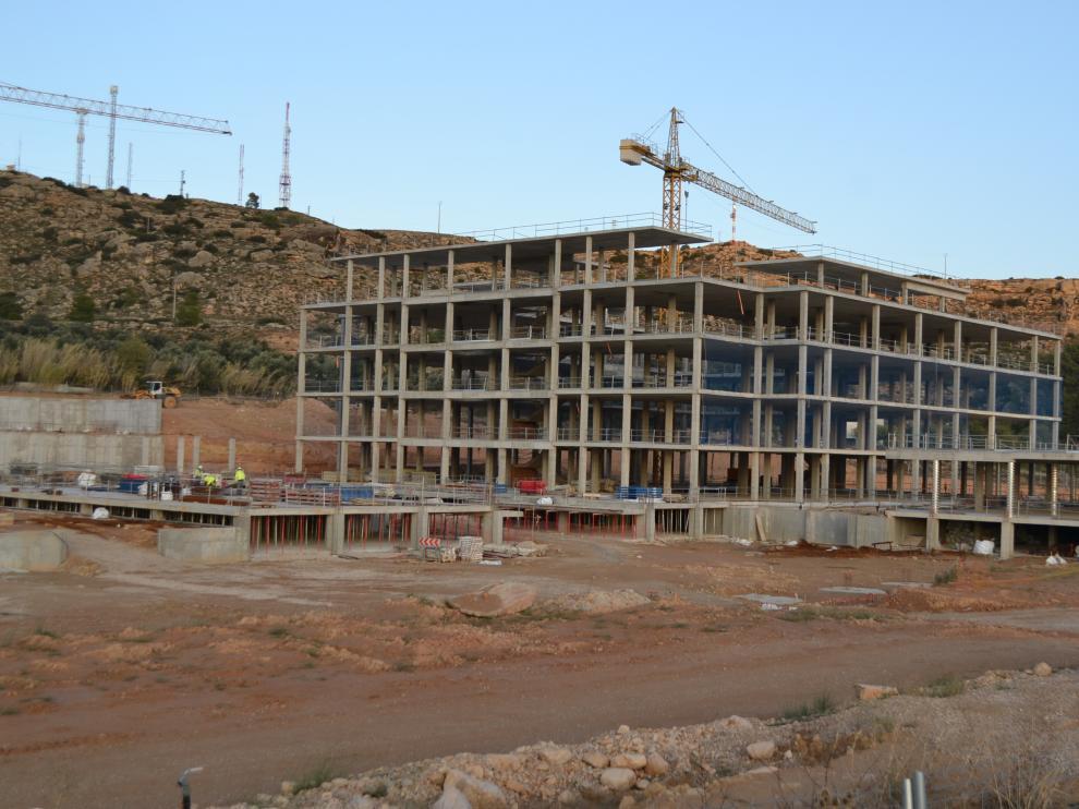 Tres operarios trabajaban ayer por la tarde en el hospital de Alcañiz.