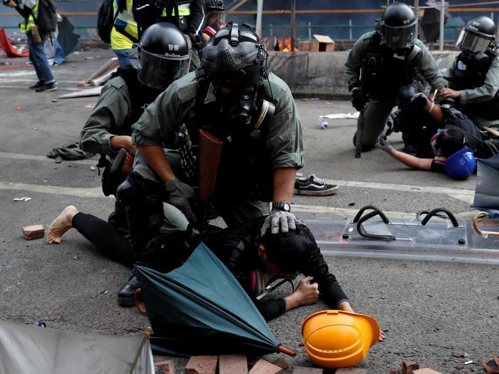 SENSITIVE MATERIAL. THIS IMAGE MAY OFFEND OR DISTURB Police detain protesters who attempt to leave the campus of Hong Kong Polytechnic University (PolyU) during clashes with police in Hong Kong, China November 18, 2019. REUTERS/Tyrone Siu [[[REUTERS VOCENTO]]] HONGKONG-PROTESTS/