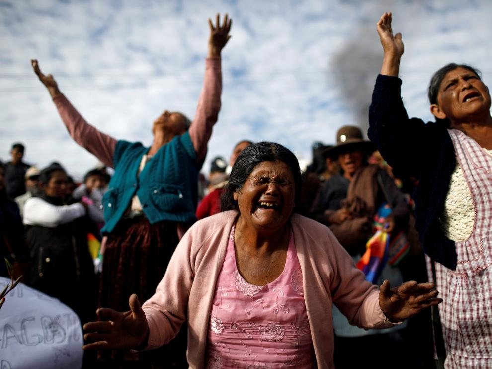 Seguidores de Evo Morales lloran la muerte de un hombre a manos de las fuerzas de seguridad durante las protestas.