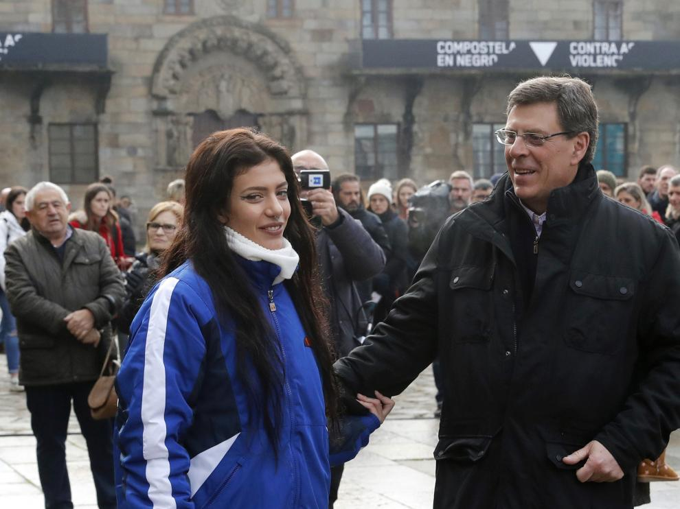 Juan Carlos Quer y su hija Valeria reciben el cariño de centenares de personas en el minuto de silencio celebrado por Diana el pasado sábado.