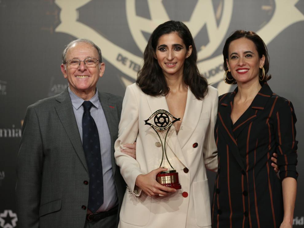 La actriz Alba Flores, en el centro, recibe el Premio a la Mejor Actriz por su papel en 'La casa de papel'.