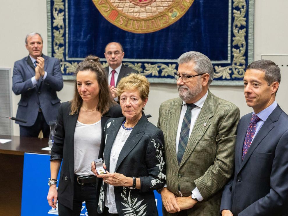 La familia de José Bermejo junto al rector de la Universidad de Zaragoza, José Antonio Mayoral.