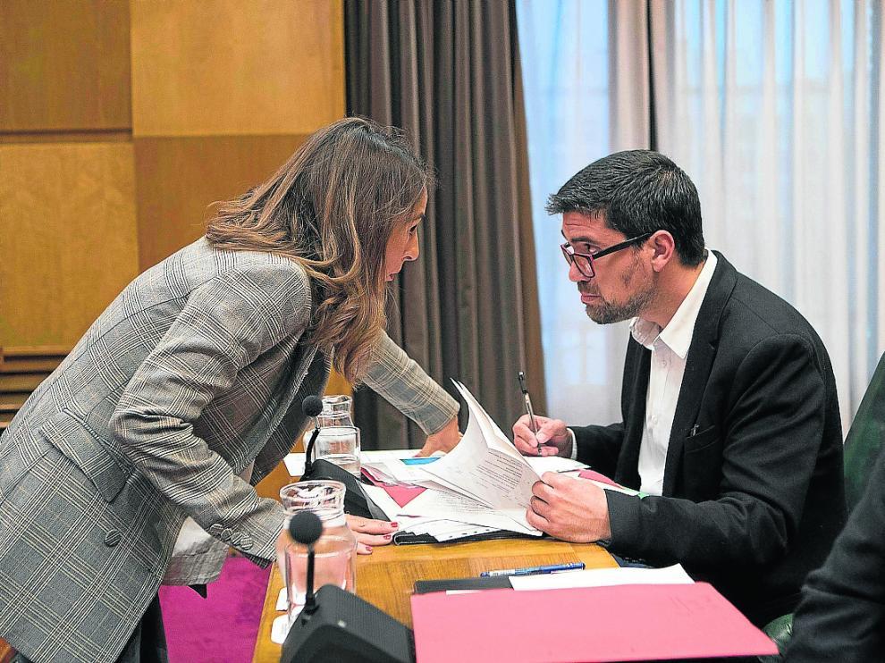 María Navarro conversa con el edil socialista Horacio Royo en la comisión de Hacienda de octubre.