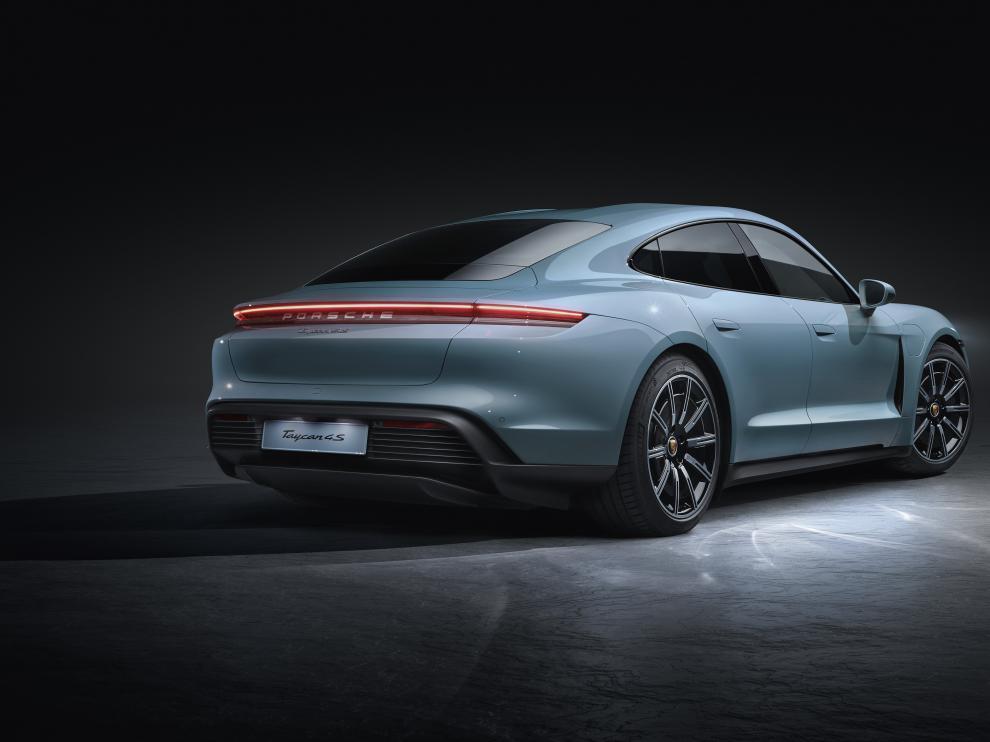 El nuevo Porsche Taycan 4S se estrenará en dos versiones: 'Performance' y 'Performance Plus'.