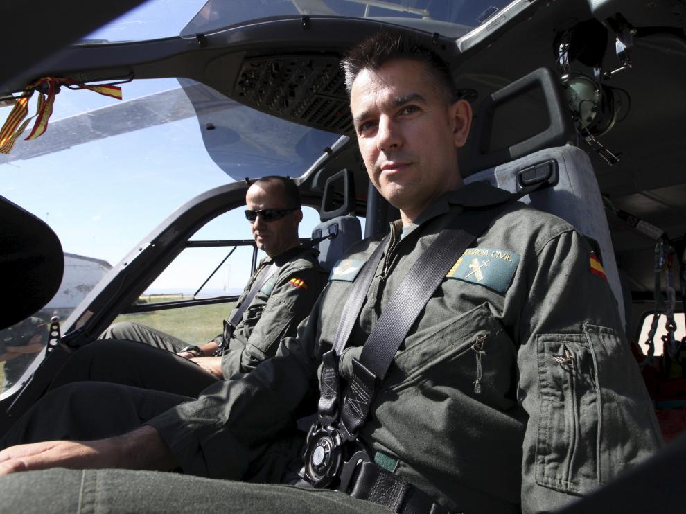 En primer plano, el brigada García Valcárcel pilotando el helicóptero de rescate.