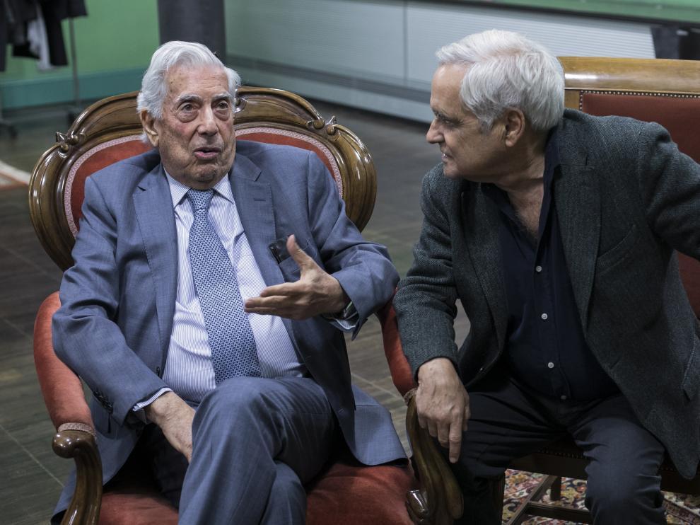 Mario Vargas Llosa y Juan Cruz, en la Universidad de Zaragoza.
