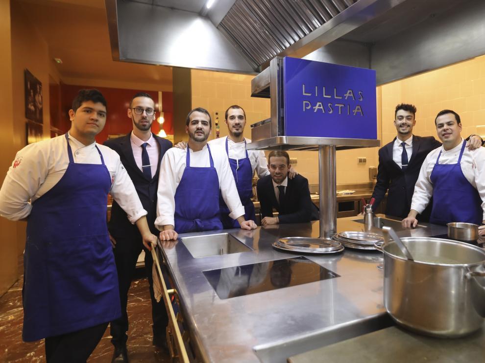 El equipo de Lillas Pastia, de Huesca, posa tras conocer la renovación de la estrella Michelin, el miércoles por la noche.