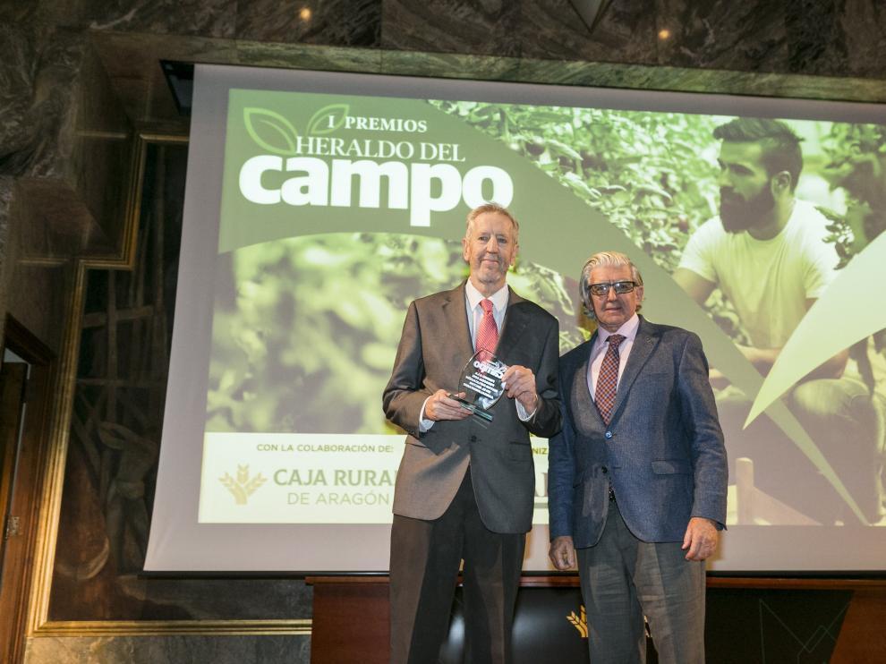 Fernando de Yarza, vicepresidente de HERALDO DE ARAGÓN, fue el encargado de entregar el premio a Francisco Marcén.