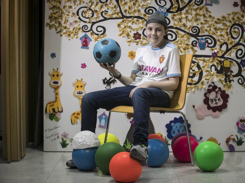 Miguel Ángel Navazo, niño de once años enfermo de cáncer, en la sede de Aspanoa.