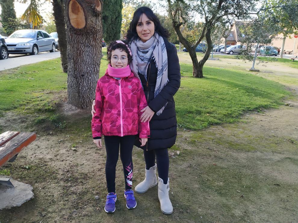 Nora y su madre Silvia, en un parque de Tarazona.