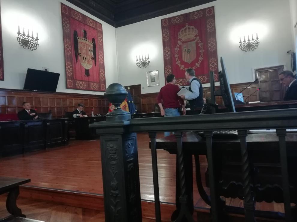 El acusado en la sala de la antigua Audiencia de Zaragoza, donde se celebró este juicio porque la Junta Electoral Central ocupó las dependencias del tribunal.