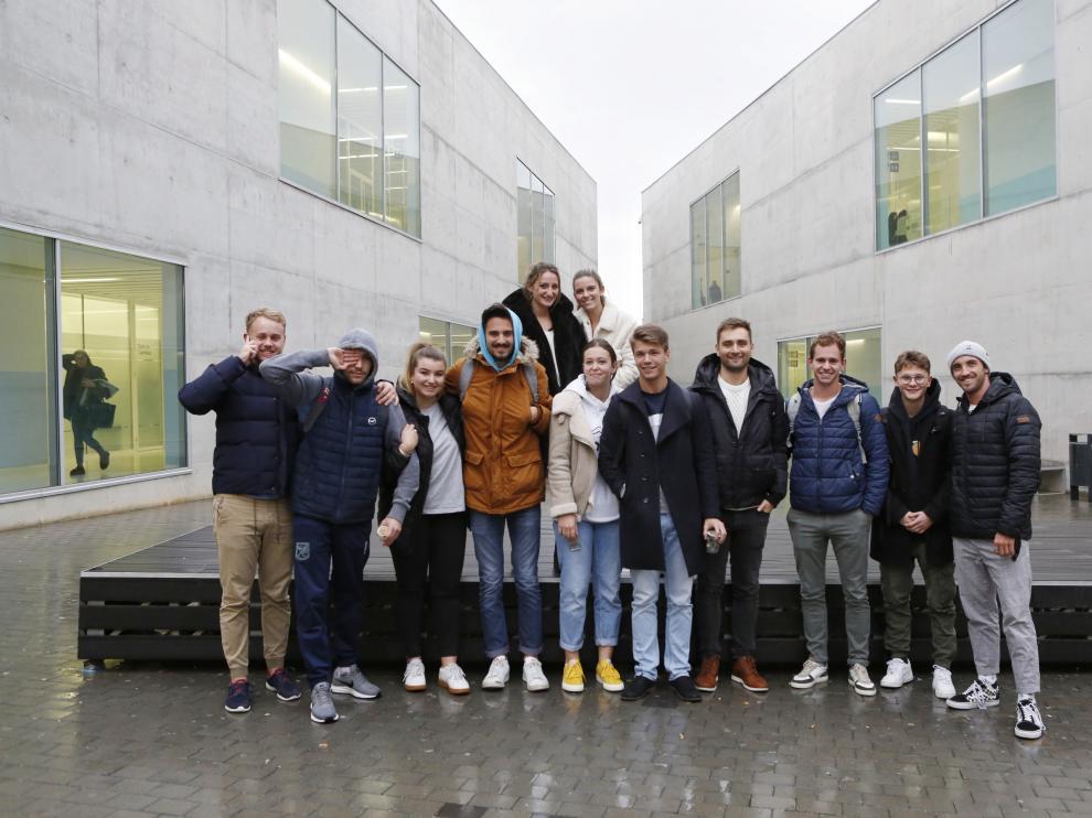 Jeremy Camagrand (primero por la derecha), junto a otros estudiantes franceses de la USJ.