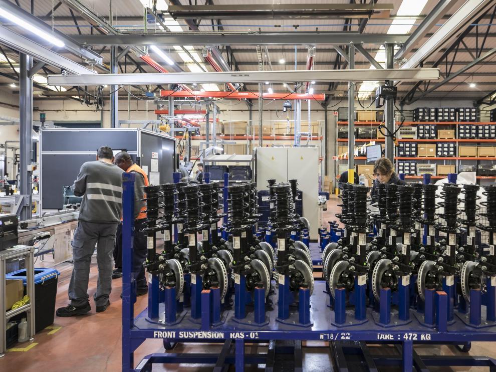 Trabajadores en las instalaciones de la nueva planta productiva de Rhenus Automotive Systems en el polígono de Pedrola (Zaragoza)