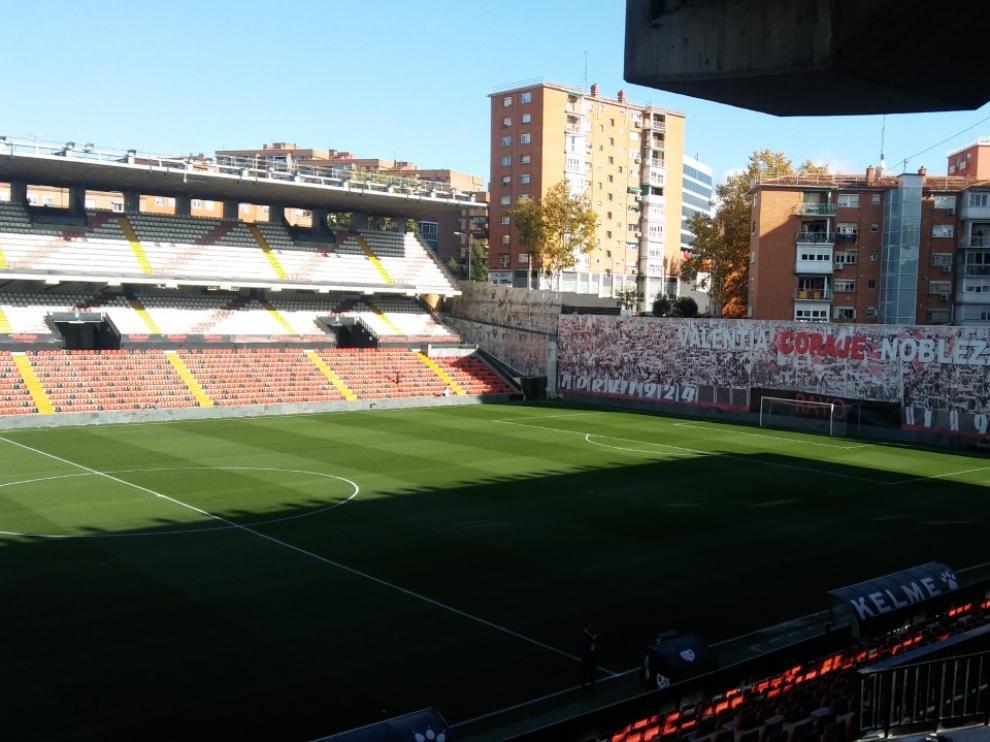 El estadio de Vallecas, listo para el inicio del partido entre el Rayo Vallecano y el Real Zaragoza