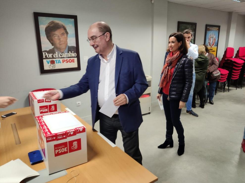 El presidente del Gobierno de Aragón, Javier Lambán, ejerciento su voto sobre la consulta a la militancia socialista, en Ejea de los Caballeros