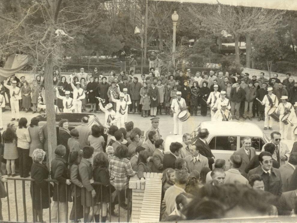 Imagen captada en 1969 de la inauguración oficial del instituto borjano frente a las escaleras de acceso al edificio, cedida por Javier Albericio.