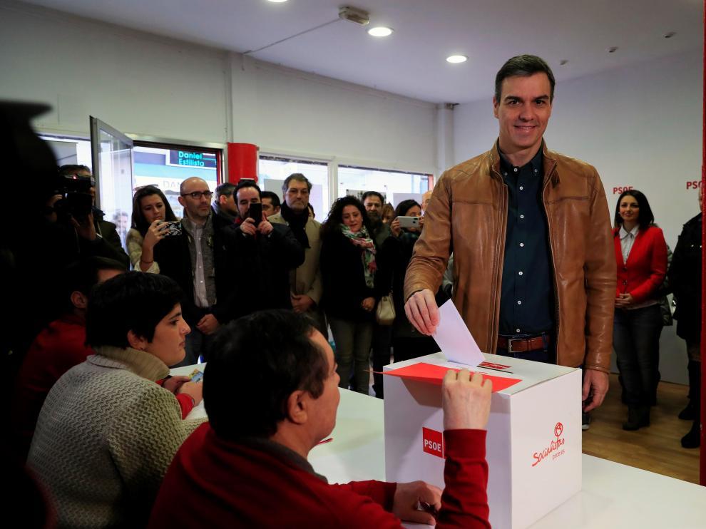 Momento en el que Pedro Sánchez acudió a votar este sábado
